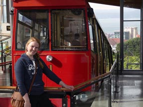Bianca steht am Cable Car