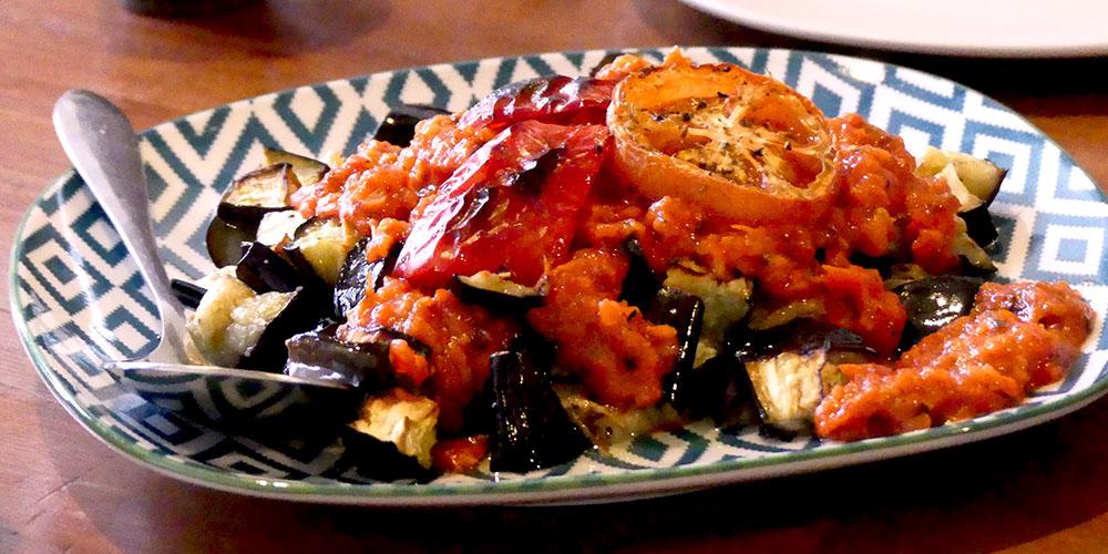 Balkan Röstaubergine mit Tomaten-Paprika-Sauce
